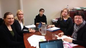 Sukupuolinäkökulman valtavirtaistaminen ministeriöissä -koulutusten suunnittelu alkoi yhteisellä palaverilla. Kuvassa vasemmalta oikealle Inkeri Tanhua (WoM Oy), Mia Teräsaho (Minna), Anniina Vainio (STM), Reetta Siukola (Minna) ja Sinikka Mustakallio (WoM Oy).